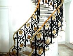 Metāla kāpnes, gan kaltas, gan