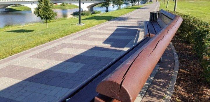 Jelgavas Uzvaras parkā un promenādē atjauno soliņus
